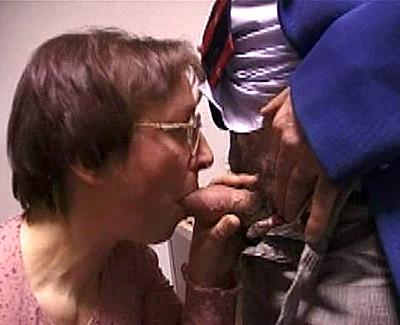 vieille salope leche le cul de son mari