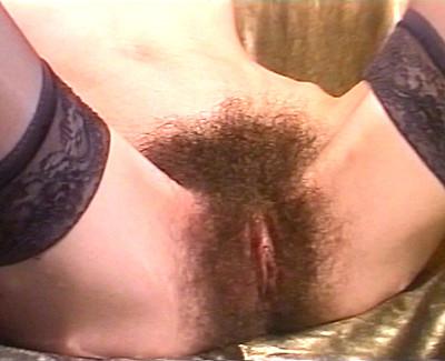 Sandwich d'une vicieuse brunette a le pénis poilue